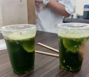 喜欢打卡网红饮品的亲们注意啦!这种超绿饮品你喝过吗?